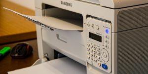 tiskalnik in papir za tiskanje