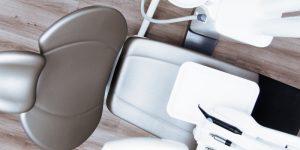 kako-poteka-vsaditev-zobnega-implantata